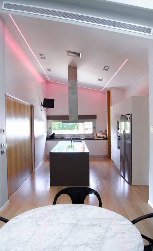 abierto al exterior: Cocinas de estilo moderno de ZimmeR designer