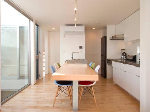 上目黒の家: Studio R1 Architects Officeが手掛けたダイニングです。