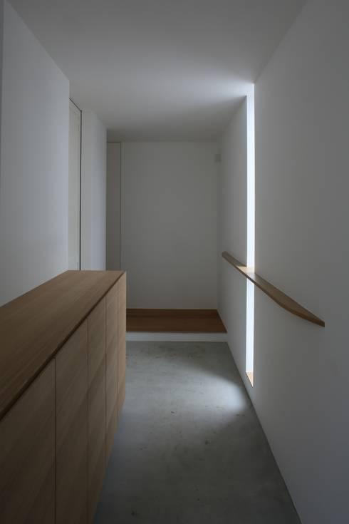 高岡の家: 深山知子一級建築士事務所・アトリエレトノが手掛けた廊下 & 玄関です。