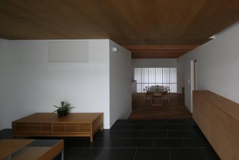 高岡の家: 深山知子一級建築士事務所・アトリエレトノが手掛けたリビングです。