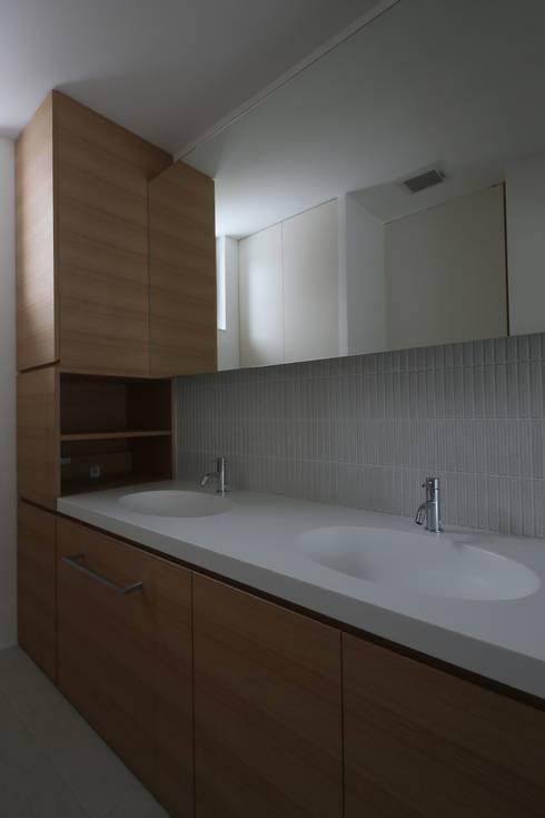高岡の家: 深山知子一級建築士事務所・アトリエレトノが手掛けた浴室です。