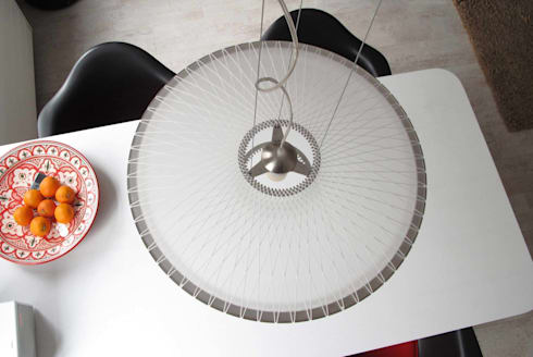 Disque lamp - bovenaanzicht: moderne Woonkamer door Marc Th. van der Voorn