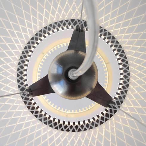 Detail - bovenaanzicht Disque lamp: moderne Eetkamer door Marc Th. van der Voorn