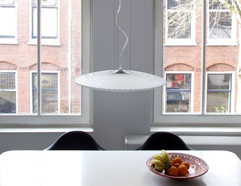 Disque hanglamp boven eettafel: moderne Eetkamer door Marc Th. van der Voorn