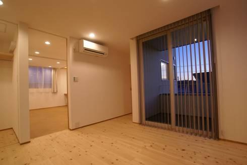 主寝室: 伊達剛建築設計事務所が手掛けた寝室です。
