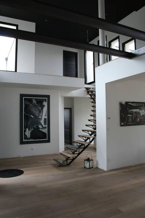 escalier: Couloir et hall d'entrée de style  par scp duchemin melocco architectes