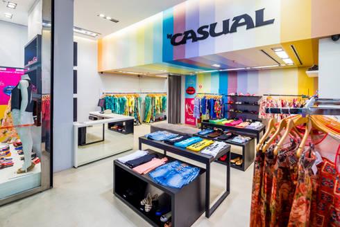Loja Casual - multimarcas e calçados Melissa: Shopping Centers  por Enzo Sobocinski Arquitetura & Interiores