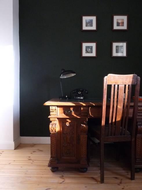 Arbeitszimmer mit Stil - hundert Jahre alte Möbel vor tafelgrüner Wand:  Arbeitszimmer von berliner landjungs