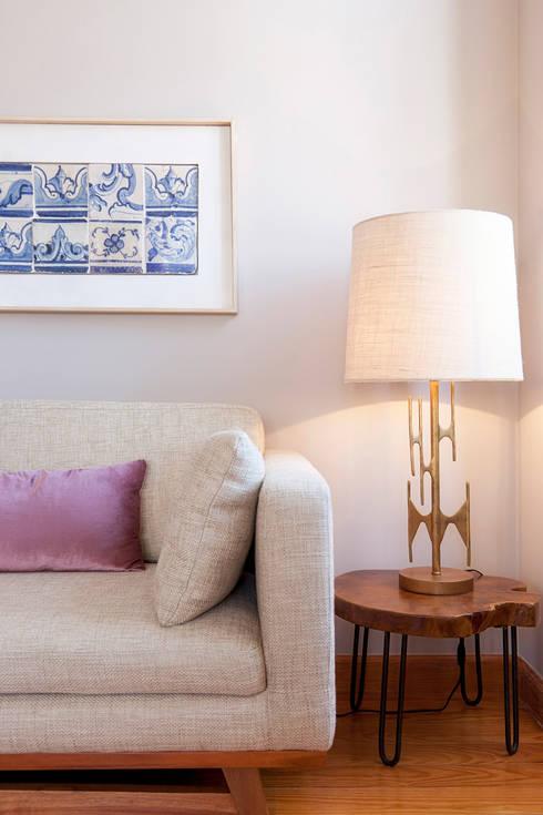 Sofa and tiles picture: Salas de multimédia  por Home Staging Factory
