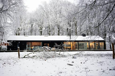 Brouwhuis: scandinavische Garage/schuur door Bedaux de Brouwer Architecten