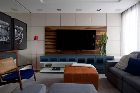 Apartamento Bossa: Salas multimídia modernas por Juliana Pippi Arquitetura & Design
