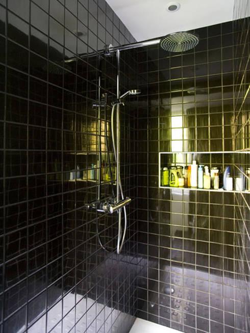 MAISON REFLET: Salle de bains de style  par nesso
