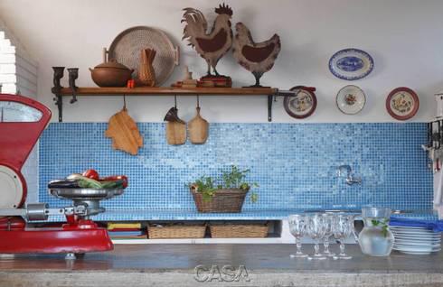 Casa Litoral Norte SP – <q>Alma Caiçara</q>: Cozinhas  por AMMA PROJETOS