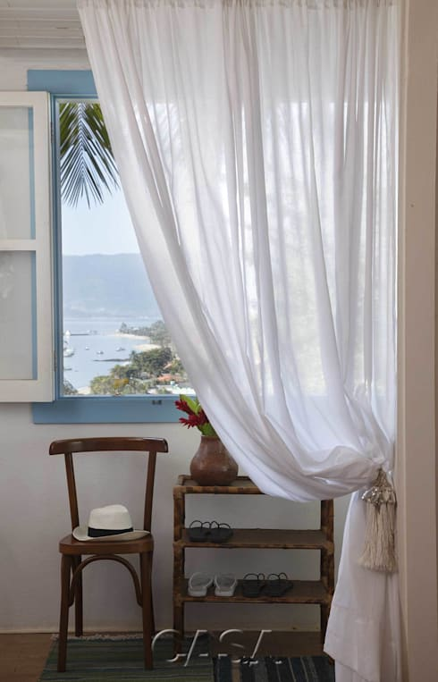 Casa Litoral Norte SP – <q>Alma Caiçara</q>: Closets  por AMMA PROJETOS