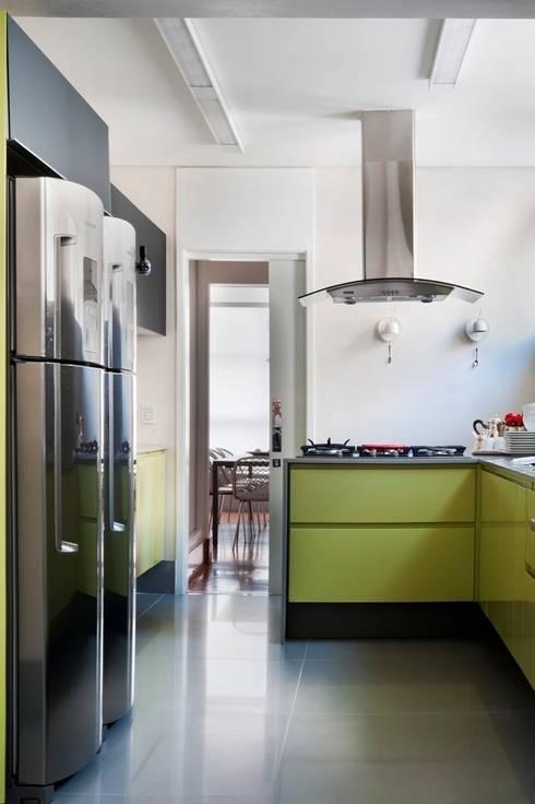 "Apto. Jardim Paulistano - ""Atemporal"": Cozinhas  por AMMA PROJETOS"