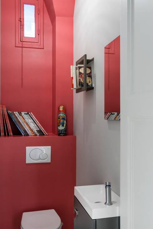 Toilettes design: Salle de bains de style  par Decorexpat