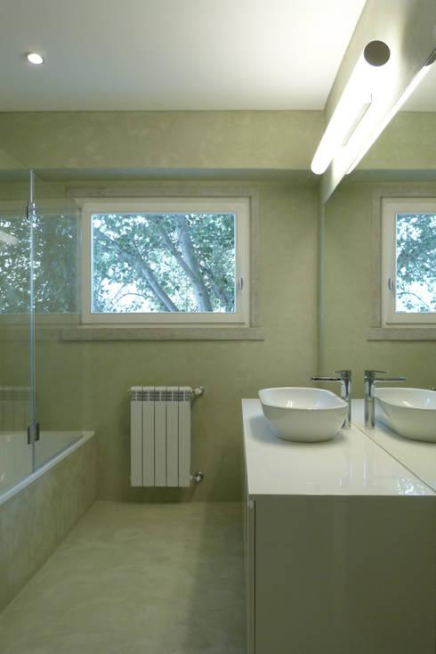 Apartamento na Av. Roma: Casas de banho modernas por Atelier da Calçada