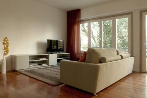 Apartamento na Av. Roma: Salas de estar modernas por Atelier da Calçada