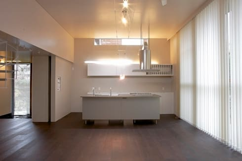 Air flap ―窓というには大きすぎる!オープンエアーな空間―: 一級建築士事務所オブデザインが手掛けたキッチンです。