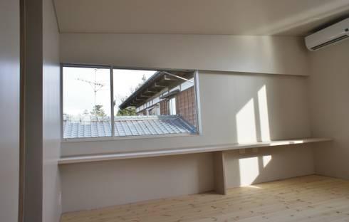 Air flap ―窓というには大きすぎる!オープンエアーな空間―: 一級建築士事務所オブデザインが手掛けた寝室です。