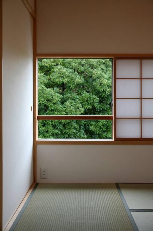 ピクチャーウィンドー: 瀧田建築設計事務所が手掛けた寝室です。