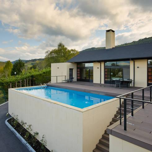 Piscina y zona de estar sobre garaje: Casas de estilo moderno de DECONS  GKAO S.L.