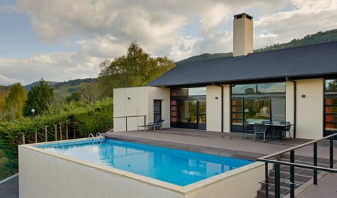 Zona de estar: Casas de estilo moderno de DECONS  GKAO S.L.