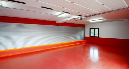 Garaje: Casas de estilo moderno de DECONS  GKAO S.L.