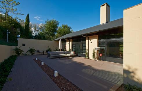 El antiguo parking, rehabilitado como zona de estar al Sur: Casas de estilo moderno de DECONS  GKAO S.L.