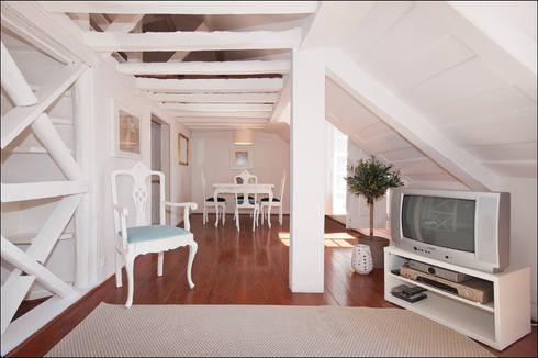 AFTER - Living room - Lisbon studio for short rental:   por Home Staging Factory