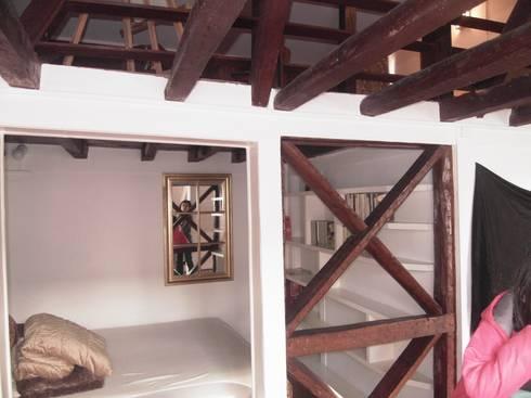 BEFORE - bedroom - Lisbon studio for short rental:   por Home Staging Factory