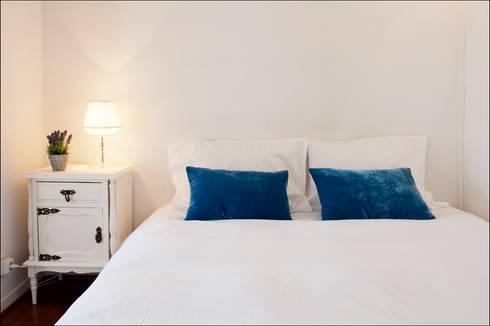AFTER - Bedroom - Lisbon studio for short rental:   por Home Staging Factory
