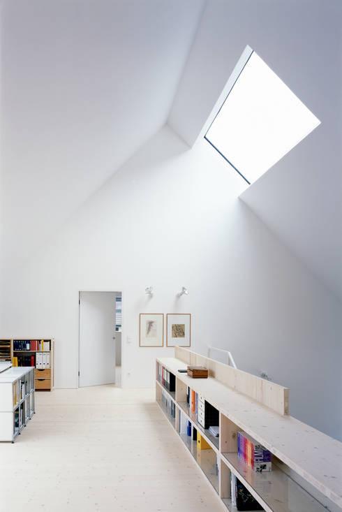 Arbeitsempore: skandinavische Arbeitszimmer von Bohn Architekten GbR