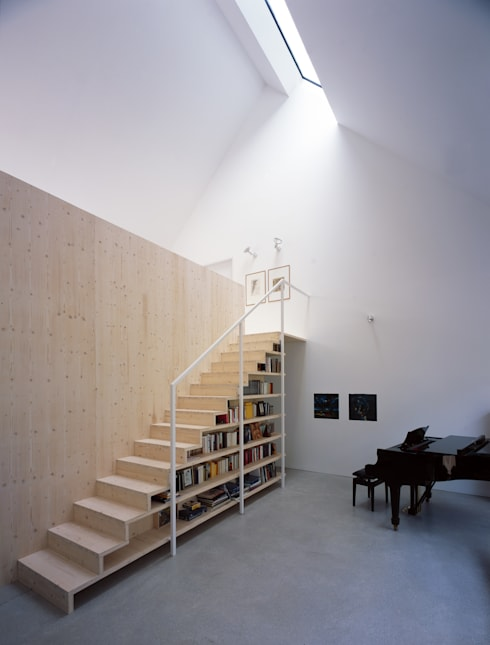 Regalmöbel mit integrierter Holztreppe: skandinavischer Flur, Diele & Treppenhaus von Bohn Architekten GbR