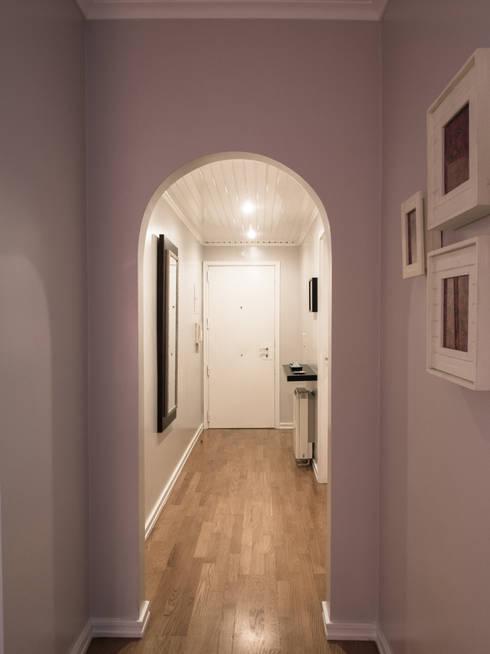 Pasillos y hall de entrada de estilo  por MUDA Home Design