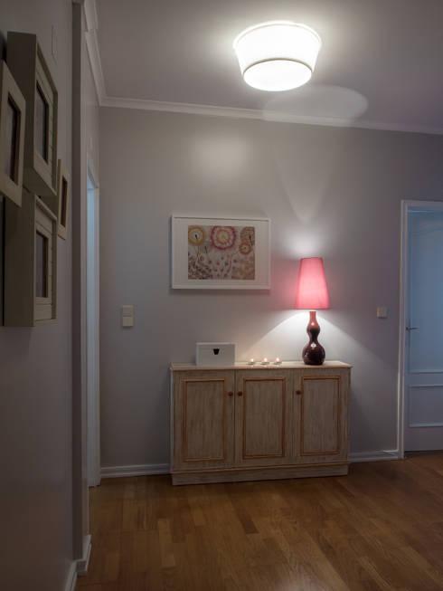 Apartamento em Sintra: Corredores e halls de entrada  por MUDA Home Design