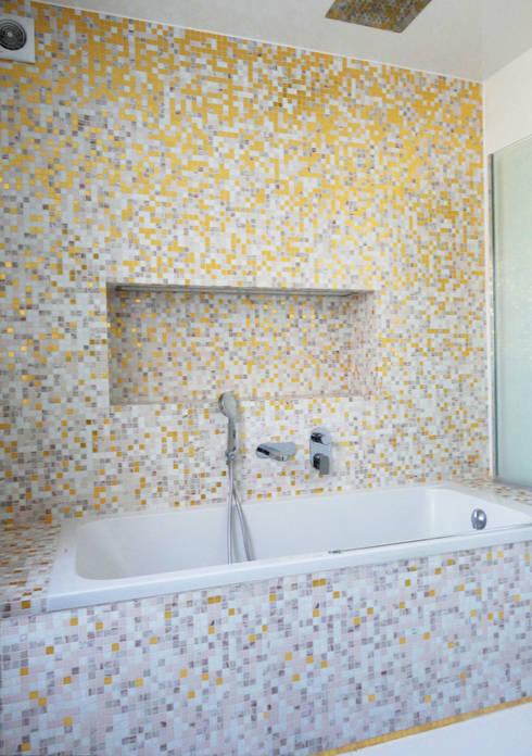Salle de bain revêtue de mosaïque à tesselles d'or: Murs & Sols de style de style Moderne par Ateliers Safouane