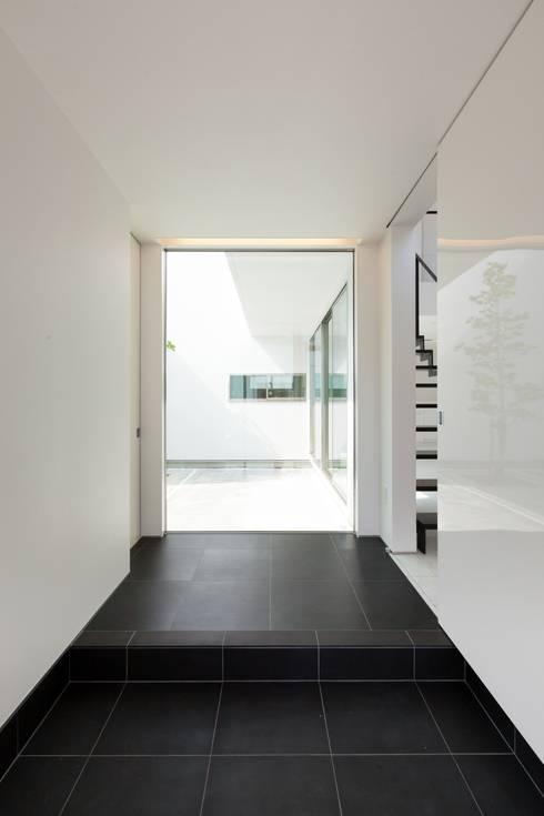 若草の家: KOBAYASHI ARCHITECTS STUDIOが手掛けた廊下 & 玄関です。
