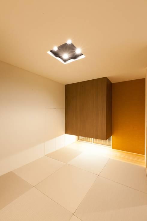 若草の家: KOBAYASHI ARCHITECTS STUDIOが手掛けた寝室です。