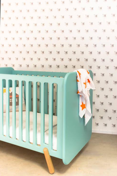 Ledikant VROLIJK: scandinavische Kinderkamer door ukkepuk meubels
