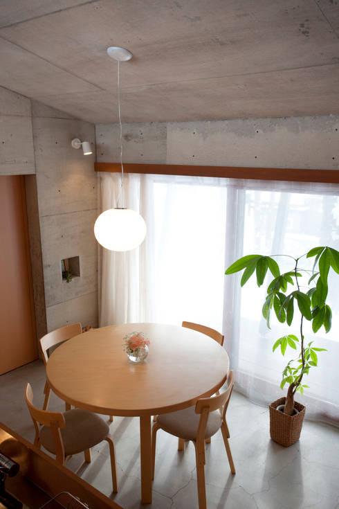 雁木のある家: YASUO TERUI Architects Inc.が手掛けたダイニングです。