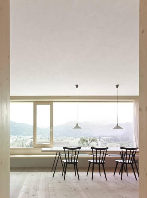 Гостиная в . Автор – Innauer-Matt Architekten ZT GmbH
