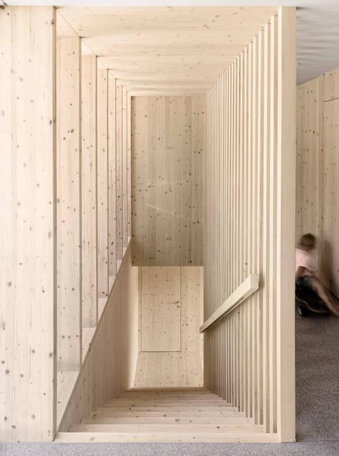 Projekty,  Korytarz, przedpokój zaprojektowane przez Innauer-Matt Architekten ZT GmbH