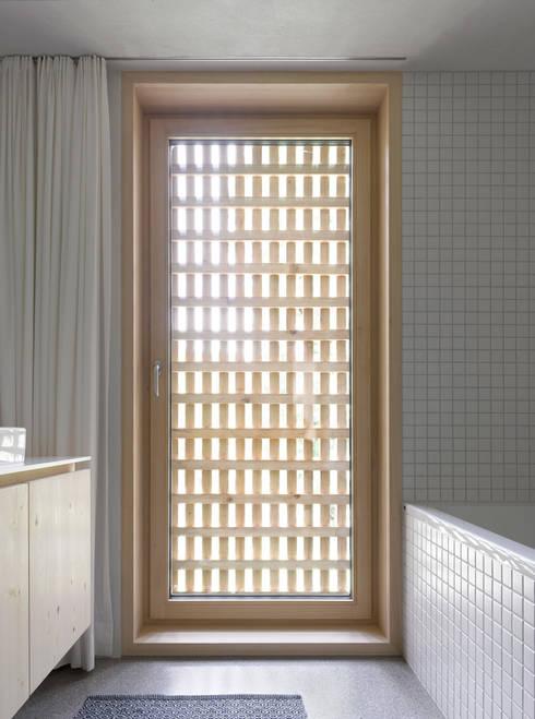 Bathroom by Innauer-Matt Architekten ZT GmbH