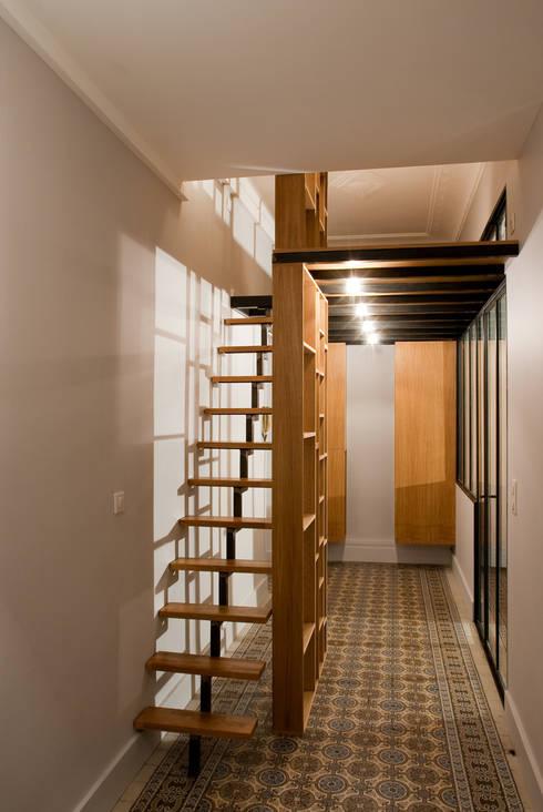 Le couloir: Couloir et hall d'entrée de style  par Vanessa Bridier