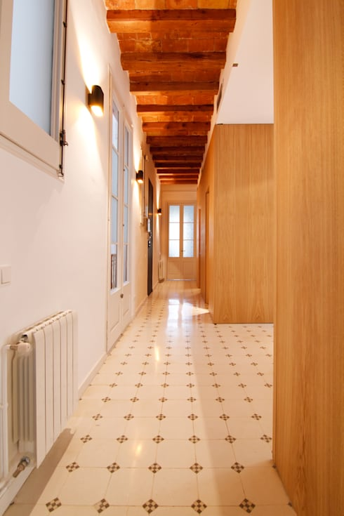 """Rehabilitación de Piso en el """"Eixample"""" de Barcelona: Pasillos y vestíbulos de estilo  de IF arquitectos"""