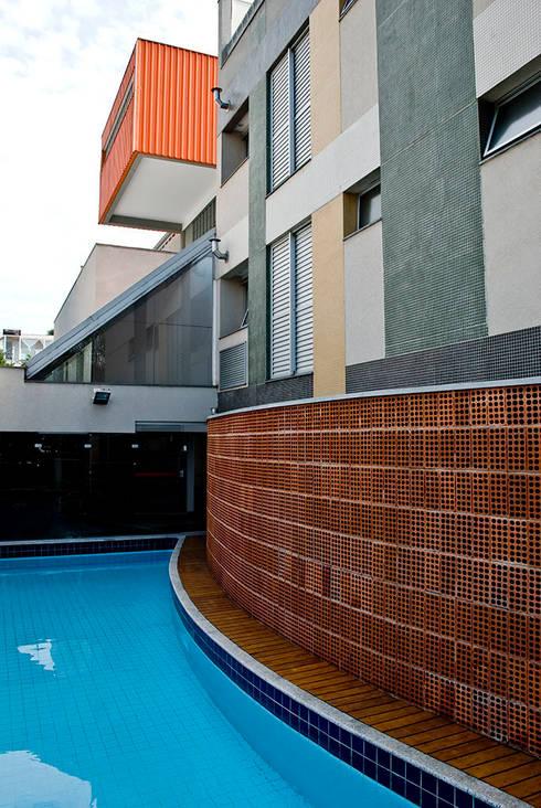 Judith | edifício: Piscinas modernas por ARQdonini Arquitetos Associados