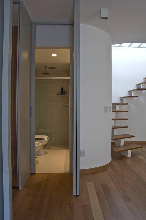 Judith | edifício: Banheiros modernos por ARQdonini Arquitetos Associados