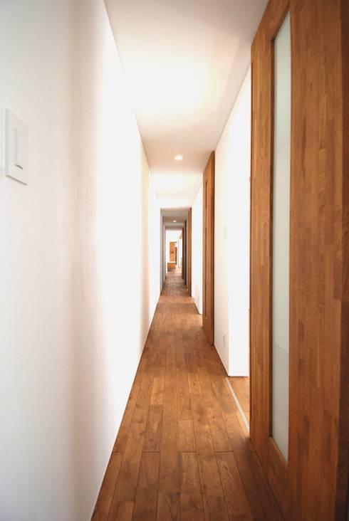 CASE-T/S: 株式会社PLUS CASAが手掛けた廊下 & 玄関です。