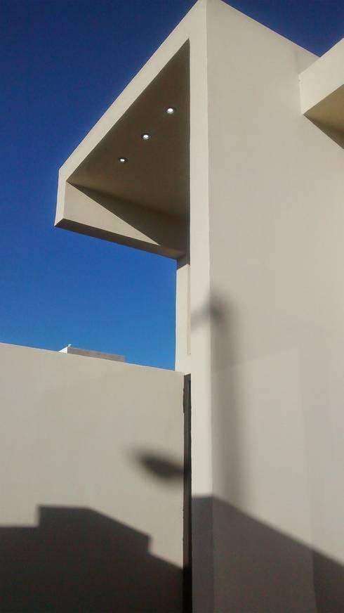 Entrada II: Espacios comerciales de estilo  por Guiza Construcciones